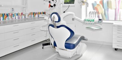 fotel stomatologiczny w gabinecie w klinice Śmigiel