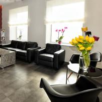 poczekalnia i kwiaty na stole w klinice dentystycznej w Katowicach