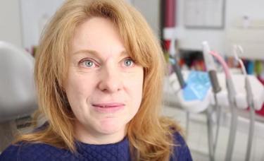 kobieta w gabiniecie stomatlogicznym